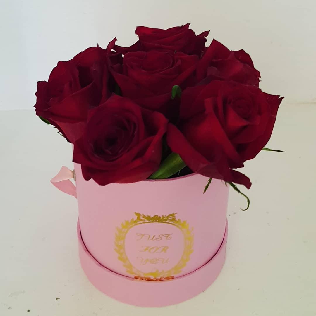 9f20896de Caixa Cor de Rosa com 7 Rosas Vermelhas – SOBA e-Store